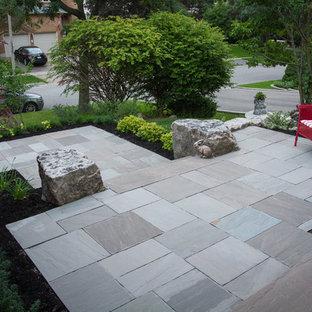 トロントの中サイズの、春のコンテンポラリースタイルのおしゃれな前庭 (日陰、私道、庭への小道、コンクリート敷き) の写真