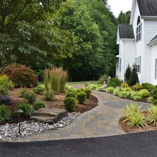 На фото: большая весенняя садовые дорожки и калитки на заднем дворе в классическом стиле с полуденной тенью и покрытием из каменной брусчатки с