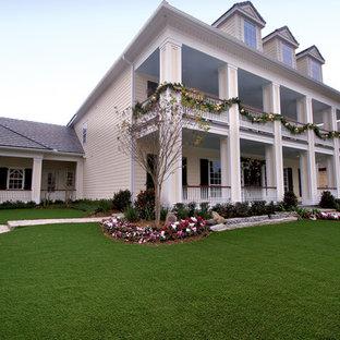 Ispirazione per un grande giardino classico davanti casa in inverno con pavimentazioni in pietra naturale