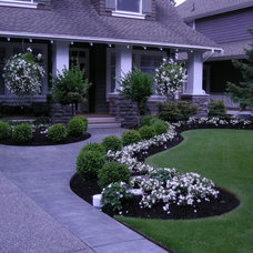Traditional Landscape by Fabulous Flower Beds