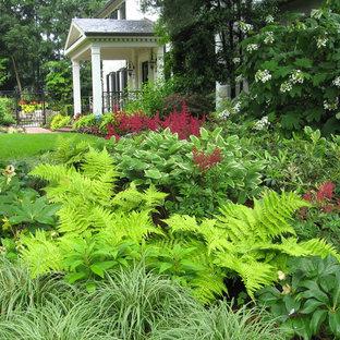 Ispirazione per un grande giardino stile americano in ombra davanti casa in inverno con pavimentazioni in mattoni