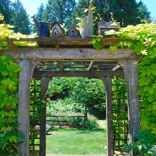 シアトルの小さい、夏のトラディショナルスタイルのおしゃれな庭 (半日向、レンガ敷き) の写真