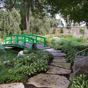 Неиссякаемый источник вдохновения для домашнего уюта: геометрический, солнечный, весенний участок и сад среднего размера на заднем дворе в классическом стиле с прудом, освещенностью и покрытием из каменной брусчатки