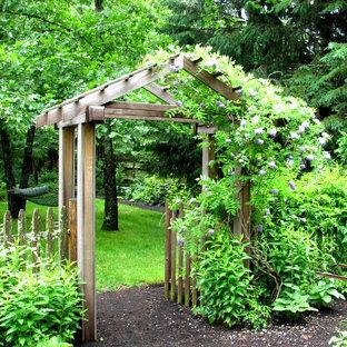 Schattiger, Großer Klassischer Vorgarten im Frühling mit Gartenweg und Mulch in Boston