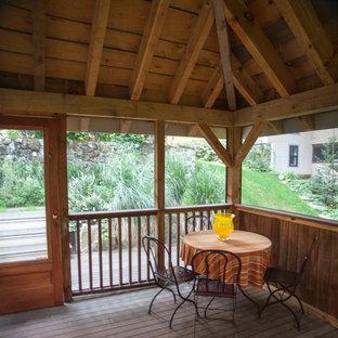 Идея дизайна: солнечный, осенний участок и сад среднего размера на склоне в стиле кантри с освещенностью и настилом