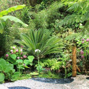 Inspiration pour un petit jardin arrière méditerranéen avec un bassin, une exposition ombragée et du gravier.