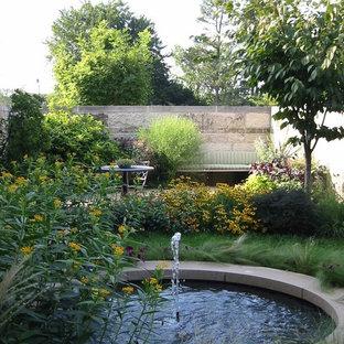 Удачное сочетание для дизайна помещения: маленькая летняя спортивная площадка на внутреннем дворе в стиле ретро с полуденной тенью и покрытием из гравием - самое интересное для вас