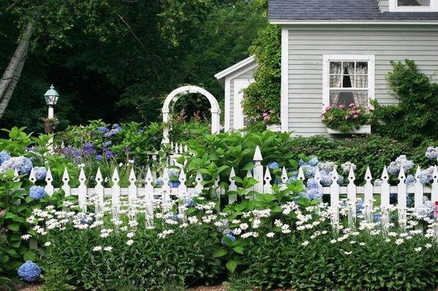 Traditional Garden by Denise Dering Design