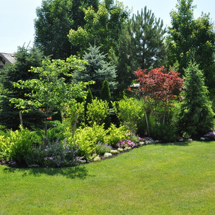Inspiration for a huge traditional full sun backyard mulch landscaping in Kansas City for summer.