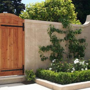 Ejemplo de jardín francés, tradicional, pequeño, en patio trasero, con adoquines de piedra natural