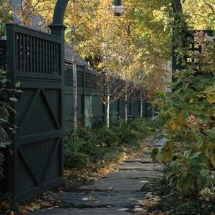 ボストンのトラディショナルスタイルのおしゃれな庭 (樹脂フェンス) の写真