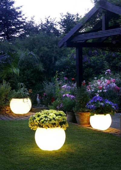 Contemporary Garden by Certified-Lighting