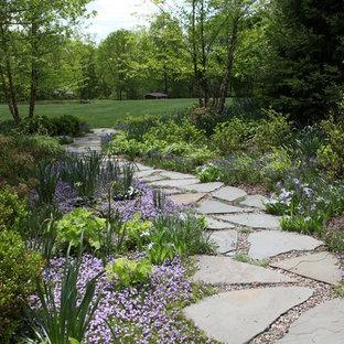 Geometrischer, Großer Klassischer Garten hinter dem Haus mit Natursteinplatten in Newark