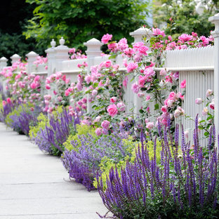 Mittelgroßer Klassischer Vorgarten im Sommer mit Auffahrt, Blumenbeet und Holzzaun in New York