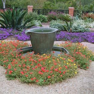 Klassischer Garten mit Wasserspiel in Austin