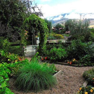 Photo of a large traditional full sun side yard gravel landscaping in Salt Lake City for summer.