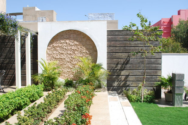 Contemporary Garden by Layers Studios for Design & Architecture
