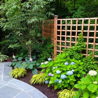 Bild på en vintage trädgård, med naturstensplattor