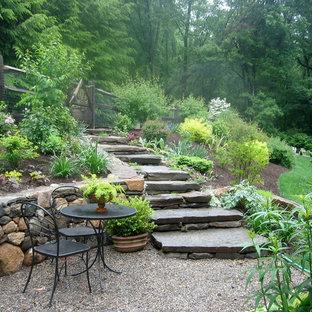 Idee per un giardino stile rurale dietro casa con un muro di contenimento