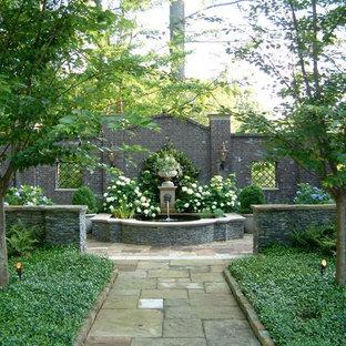 Immagine di un grande giardino formale tradizionale dietro casa