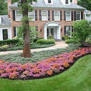 Стильный дизайн: большой тенистый, летний участок и сад на переднем дворе в классическом стиле с мощением клинкерной брусчаткой - последний тренд