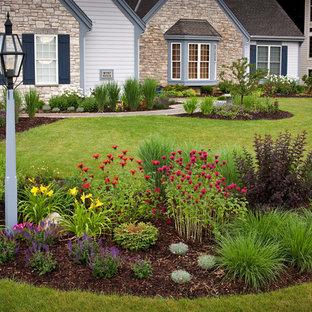Idee per un giardino tradizionale di medie dimensioni e davanti casa