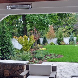 Mittelgroßer, Halbschattiger Klassischer Garten hinter dem Haus mit Kamin und Betonplatten in Boston