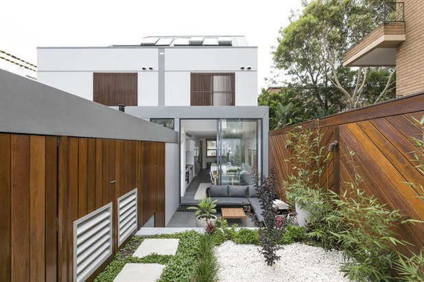 Contemporary Garden by Sir Fixer Upper