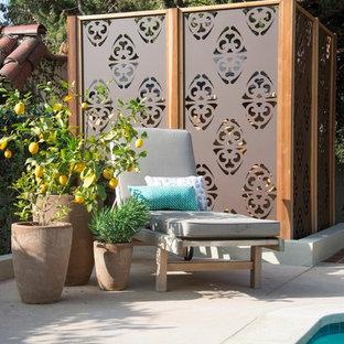 Exempel på en liten medelhavsstil bakgård i full sol, med utekrukor