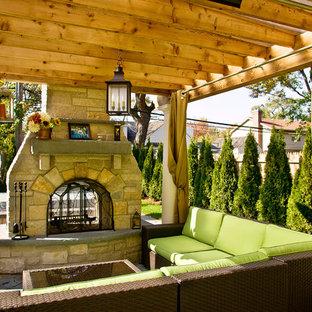 シカゴのトラディショナルスタイルのおしゃれな裏庭 (ファイヤーピット、天然石敷き) の写真