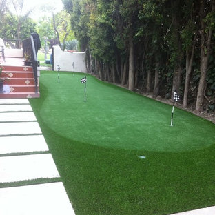 Design ideas for a mid-sized mediterranean full sun backyard gravel landscaping in Los Angeles for spring.