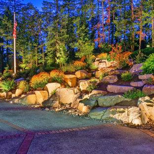 Aménagement d'un jardin à la française arrière montagne de taille moyenne et l'automne avec un chemin, une exposition ensoleillée et des pavés en pierre naturelle.