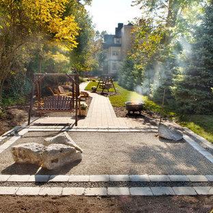 Exemple d'un jardin arrière tendance avec un foyer extérieur.