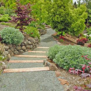 Großer Klassischer Garten im Frühling, hinter dem Haus mit direkter Sonneneinstrahlung, Natursteinplatten und Wasserfall in San Francisco