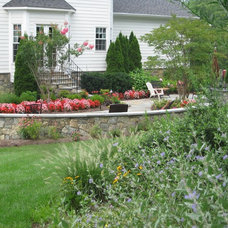 Traditional Landscape by Signature Landscapes, LLC