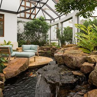 Foto de jardín mediterráneo, grande, en patio trasero, con fuente y exposición parcial al sol