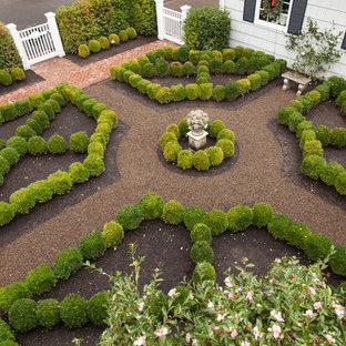 ポートランドの中サイズのトラディショナルスタイルのおしゃれな整形庭園 (砂利舗装) の写真
