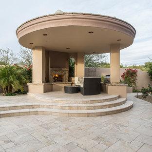 Große Mediterrane Gartenkamin hinter dem Haus mit Natursteinplatten in Phoenix