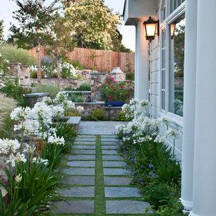 Halbschattiger Klassischer Garten im Frühling, neben dem Haus mit Natursteinplatten und Gehweg in San Francisco