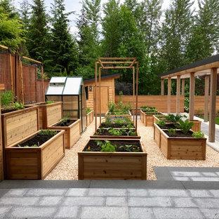Großer, Geometrischer Country Garten hinter dem Haus mit direkter Sonneneinstrahlung in Vancouver