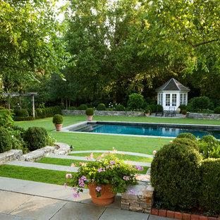 Неиссякаемый источник вдохновения для домашнего уюта: большой геометрический, солнечный, весенний участок и сад на заднем дворе в классическом стиле с растениями в контейнерах, хорошей освещенностью и покрытием из каменной брусчатки