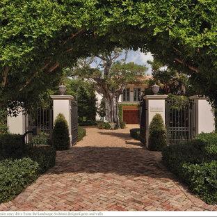 Exemple d'un très grand jardin méditerranéen au printemps avec une entrée ou une allée de jardin, une exposition partiellement ombragée et des pavés en brique.