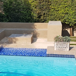 Mittelgroßer Eklektischer Garten neben dem Haus mit Kamin, direkter Sonneneinstrahlung und Betonplatten in Sonstige