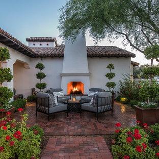 Moderner Vorgarten im Frühling mit Kamin, direkter Sonneneinstrahlung und Pflasterklinker in Phoenix