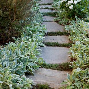 Удачное сочетание для дизайна помещения: летний сад на склоне в современном стиле с дорожками из брусчатки из камня - самое интересное для вас