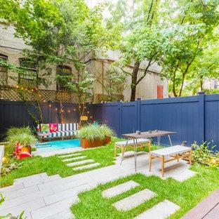 Cette image montre un petit jardin arrière nordique avec une exposition partiellement ombragée et des pavés en béton.