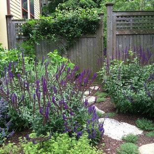 Foto di un giardino chic esposto in pieno sole nel cortile laterale e di medie dimensioni in primavera con pavimentazioni in pietra naturale e un ingresso o sentiero