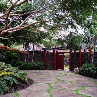 Mittelgroßer, Schattiger Kolonialstil Vorgarten mit Auffahrt und Natursteinplatten in Hawaii