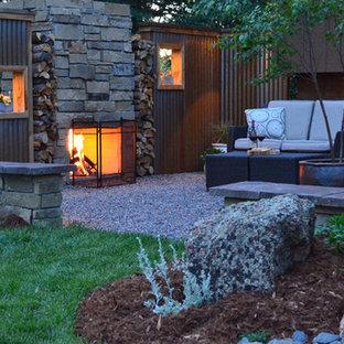 Kleiner Moderner Garten hinter dem Haus mit direkter Sonneneinstrahlung in Sonstige