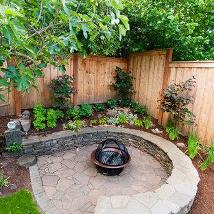 Inspiration för små moderna trädgårdar i delvis sol på sommaren, med en trädgårdsgång och naturstensplattor
